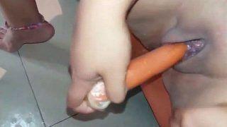 Novinha enfiando cenoura na buceta melada